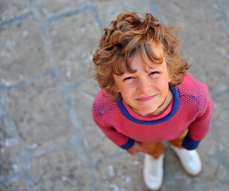Retrato de um menino complicado fora foto de stock
