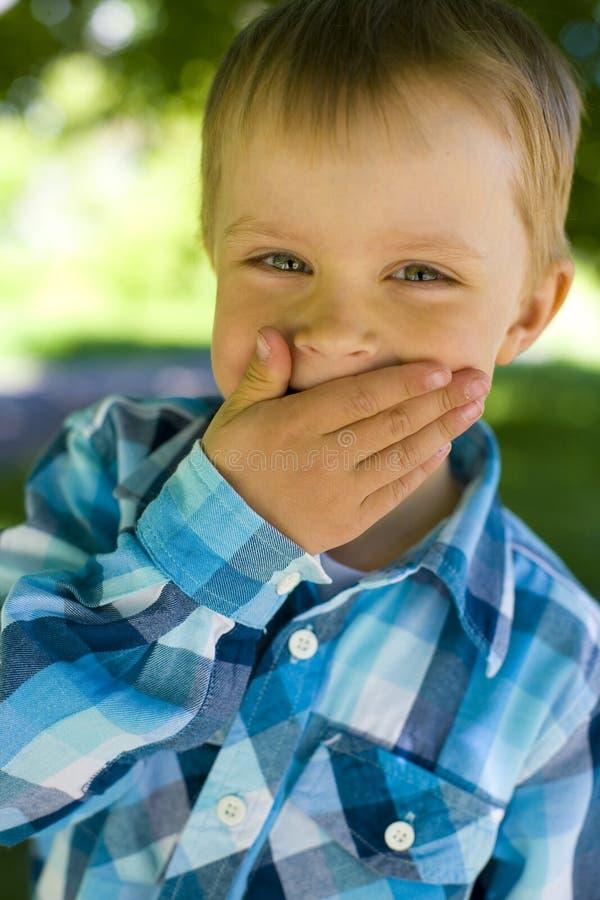 Retrato de um menino de cinco anos fotos de stock