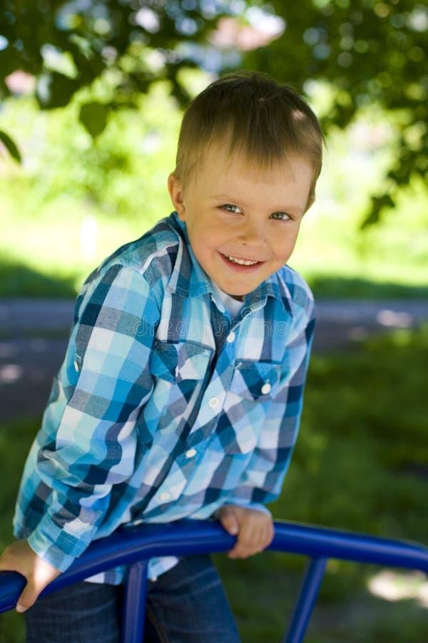 Retrato de um menino de cinco anos exterior fotos de stock