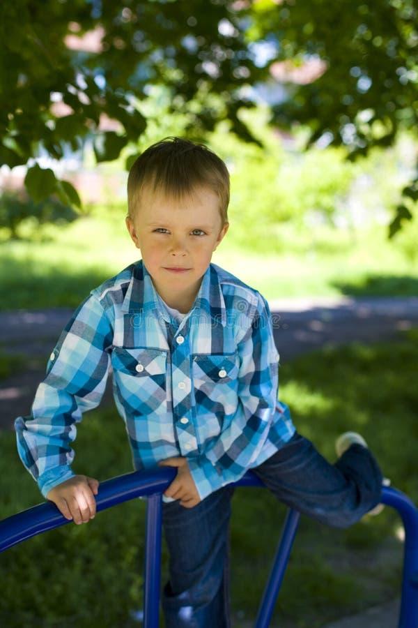 Retrato de um menino de cinco anos exterior fotos de stock royalty free