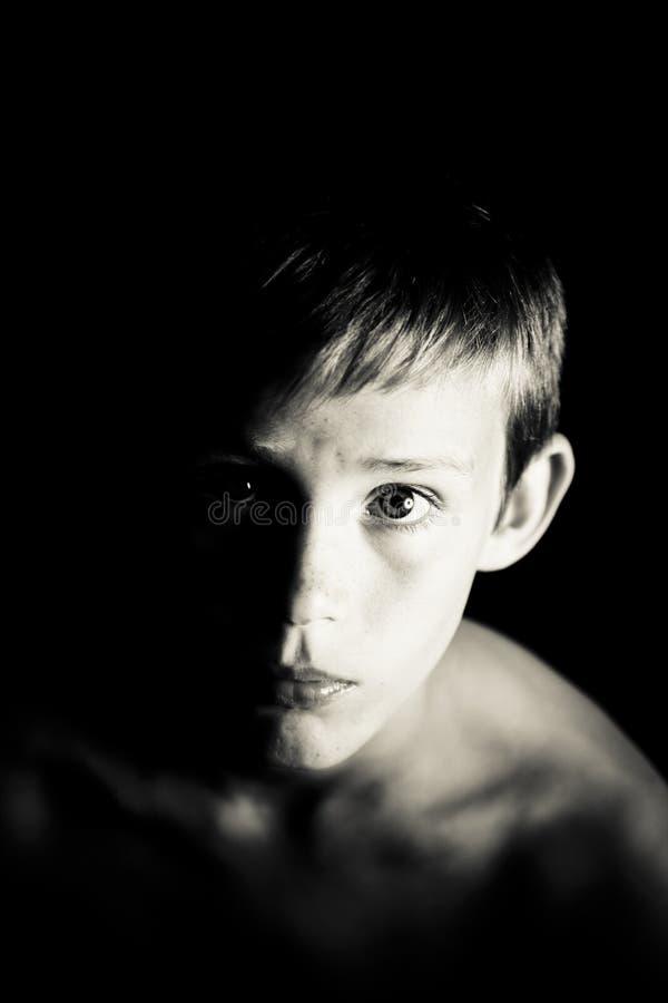 Retrato de um menino de vista sério foto de stock