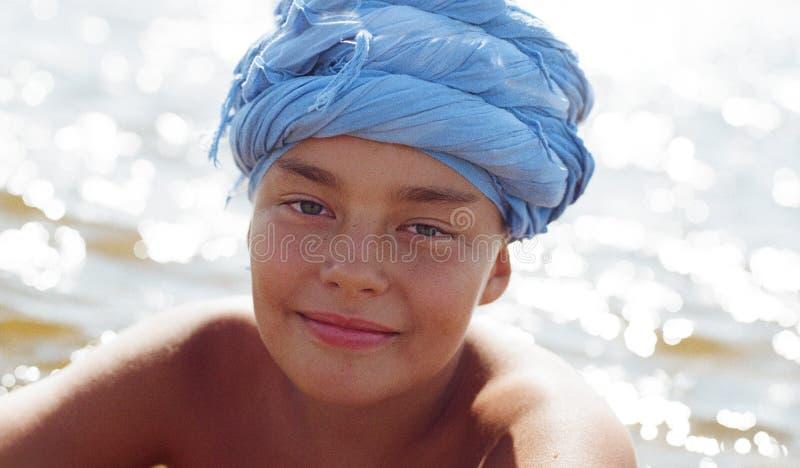 Retrato de um menino de dez anos em um turbante azul fotos de stock royalty free