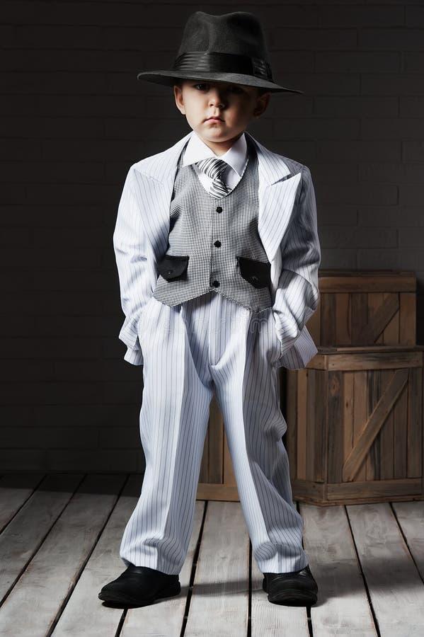 Retrato de um menino em uma imagem do gângster fotos de stock