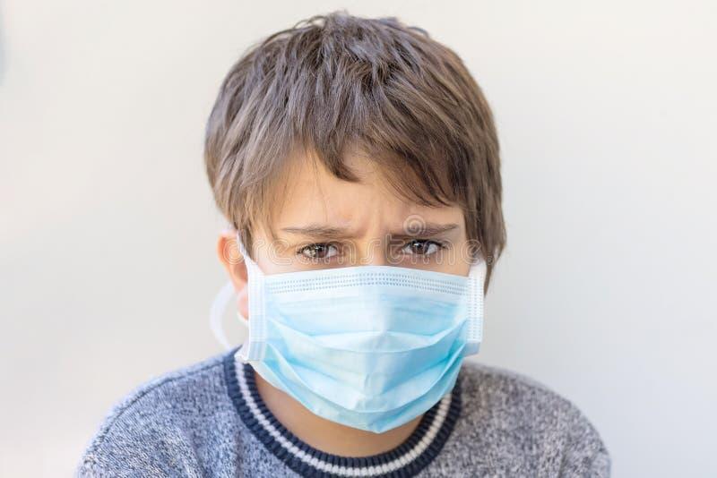 Retrato de um menino em uma máscara médica imagens de stock