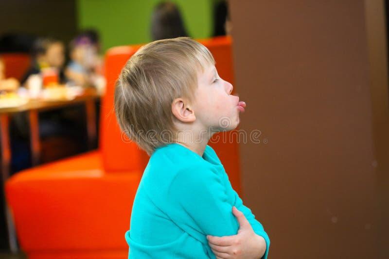 Retrato de um menino emocional pequeno alegre fotografia de stock royalty free