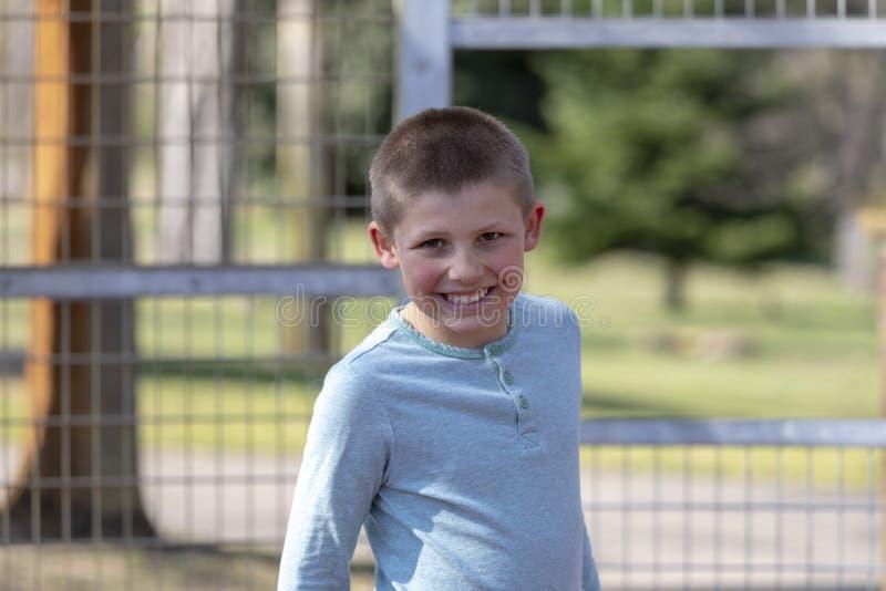 Retrato de um menino louro do litte no campo de jogos fotos de stock
