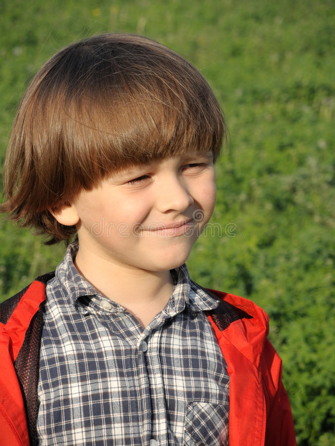 Retrato de um menino novo de sorriso no nature1 fotografia de stock royalty free