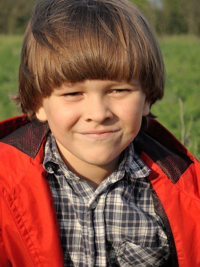 Retrato de um menino novo de sorriso no nature1 imagem de stock