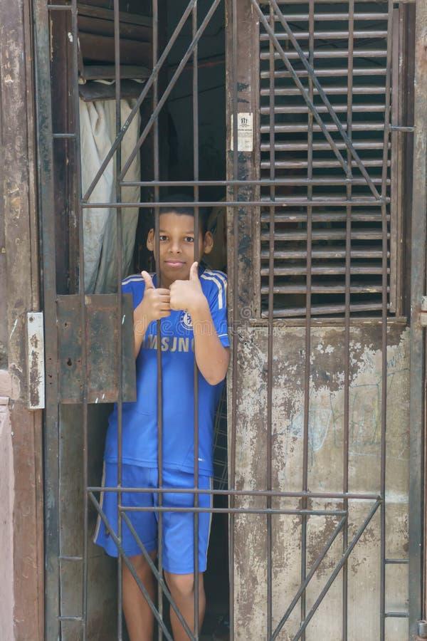 retrato de um menino novo em sua casa de fora Aparência do general do curso da rua imagem de stock
