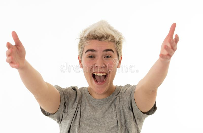 Retrato de um menino novo feliz do adolescente que dá boas-vindas com braços abertos e felicidade fotos de stock