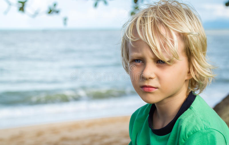 Retrato de um menino preocupado novo fotografia de stock