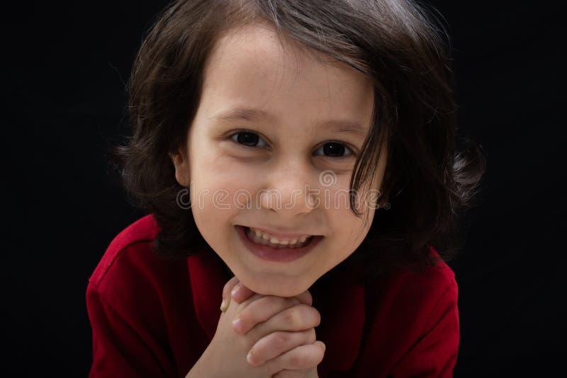 Retrato de um menino de sorriso feliz bonito no bom humor imagens de stock royalty free