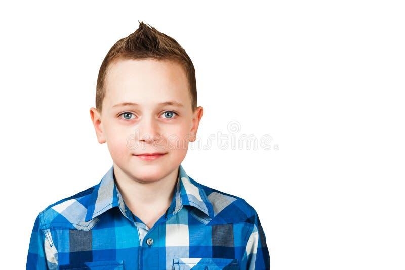 Retrato de um menino de sorriso vestido na camisa azul, close up, isolado no fundo branco imagens de stock