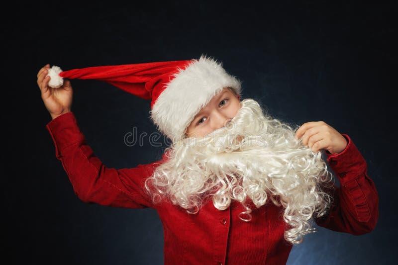 Retrato de um menino vestido como Santa Claus Feliz Natal fotografia de stock
