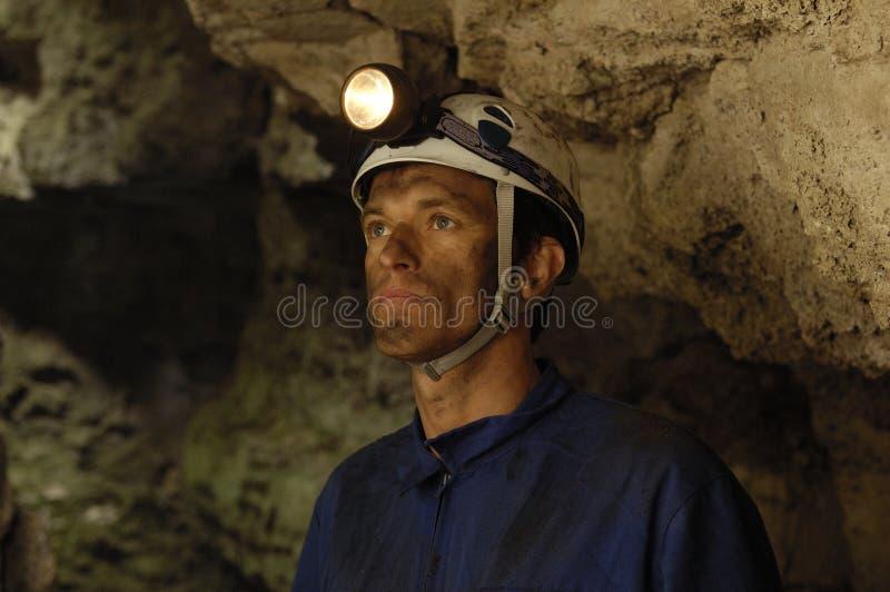Retrato de um mineiro dentro de uma mina imagens de stock royalty free
