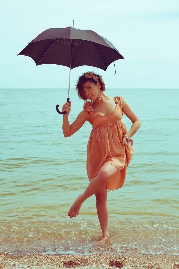 Retrato de um modelo bonito com guarda-chuva fotografia de stock royalty free