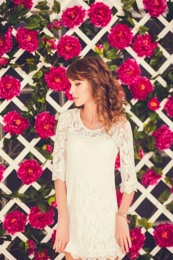 Retrato de um modelo bonito no perfil fotos de stock royalty free