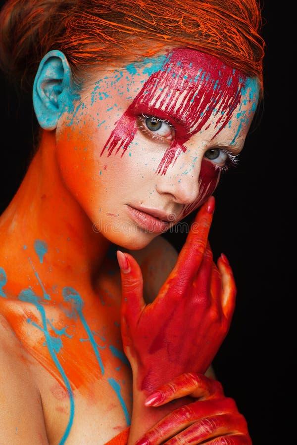 Retrato de um modelo em um estilo criativo expressivo usando uma composição incomum fotos de stock royalty free