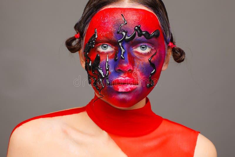 Retrato de um modelo extraordinário com composição criativa e cabelo Fundo cinzento fotos de stock