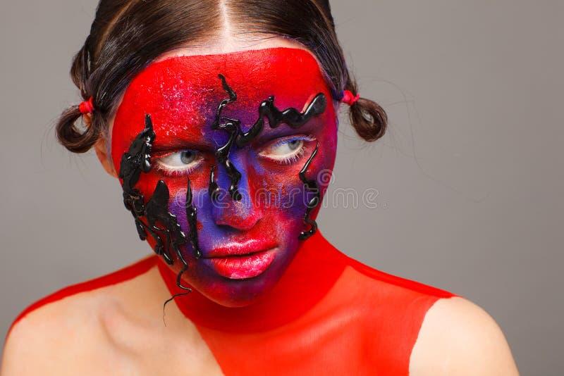 Retrato de um modelo extraordinário com composição criativa e cabelo Fundo cinzento imagens de stock