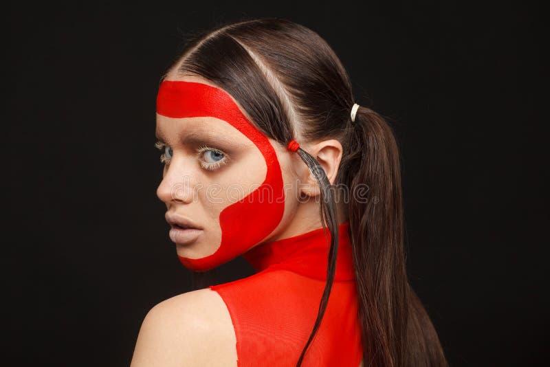 Retrato de um modelo extraordinário com composição criativa e cabelo Fundo preto imagens de stock royalty free