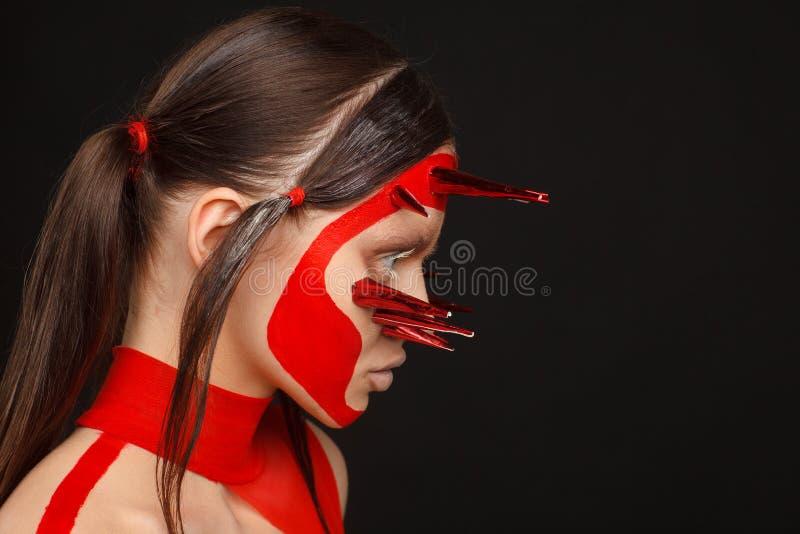 Retrato de um modelo extraordinário com composição criativa e cabelo Fundo preto fotos de stock