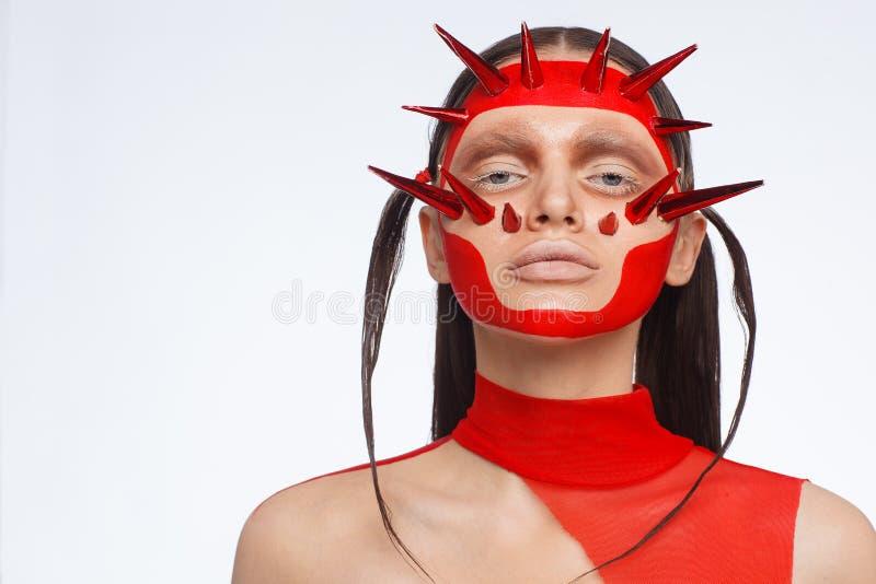 Retrato de um modelo extraordinário com composição criativa e cabelo Sess?o de foto do est?dio imagens de stock