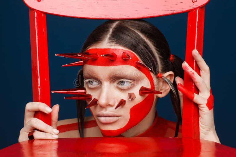 Retrato de um modelo extraordinário com composição criativa e cabelo Sess?o de foto do est?dio imagem de stock royalty free