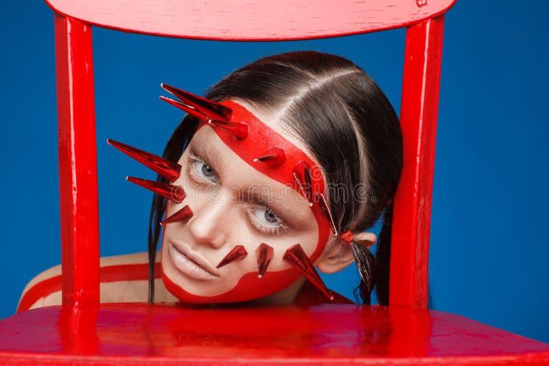 Retrato de um modelo extraordinário com composição criativa e cabelo Sess?o de foto do est?dio imagens de stock royalty free