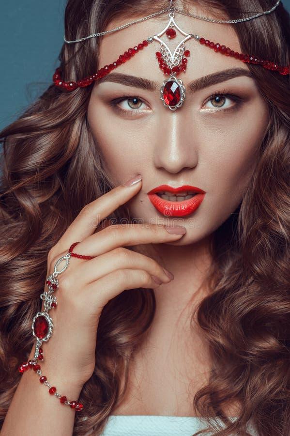 Retrato de um modelo fêmea bonito na joia indiana e na composição dos acessórios imagens de stock