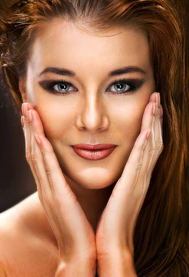 Retrato de um modelo fêmea bonito no fundo escuro fotografia de stock