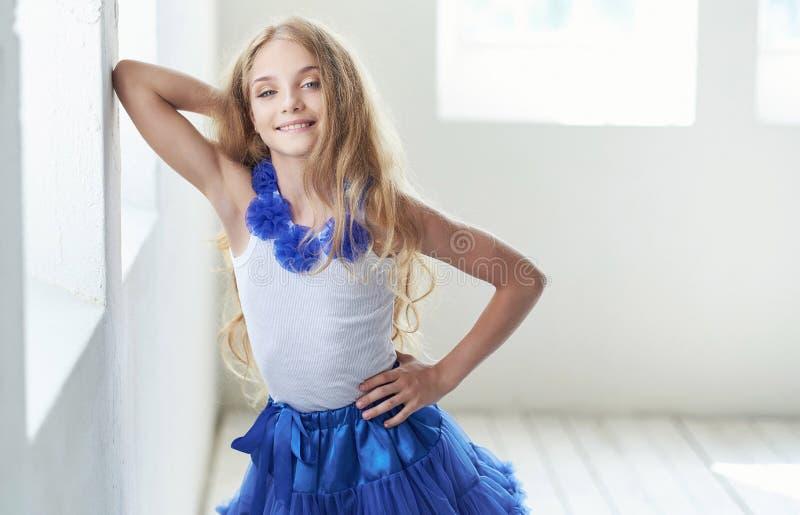 Retrato de um modelo feliz da menina com o sorriso encantador que levanta em um estúdio imagem de stock royalty free