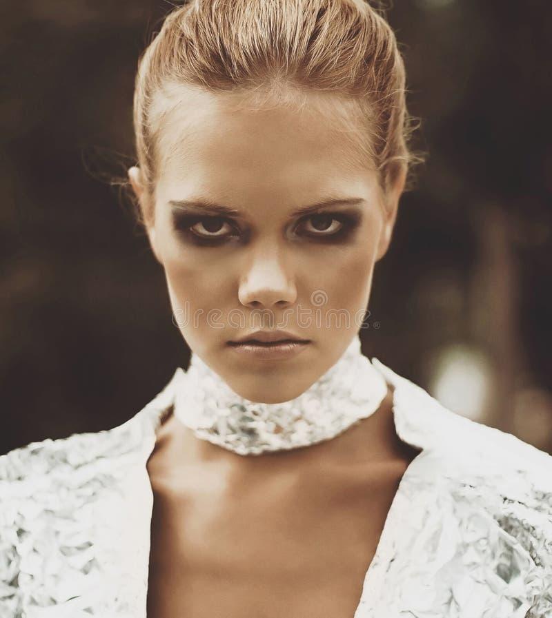 Retrato de um modelo futurista de uma menina com olhos fumarentos fotos de stock royalty free