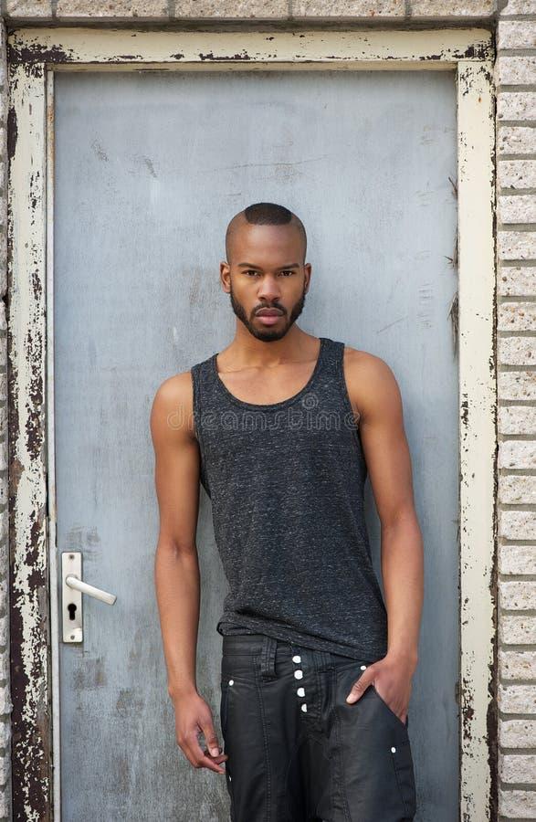 Retrato de um modelo masculino afro-americano elegante fotografia de stock