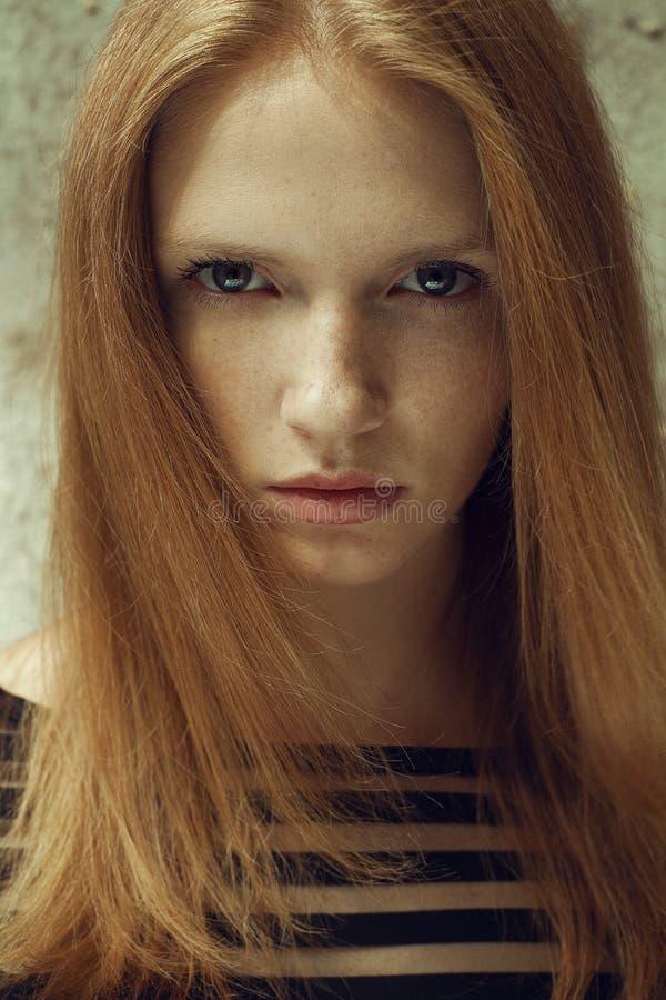 Retrato de um modelo ruivo bonito imagens de stock royalty free