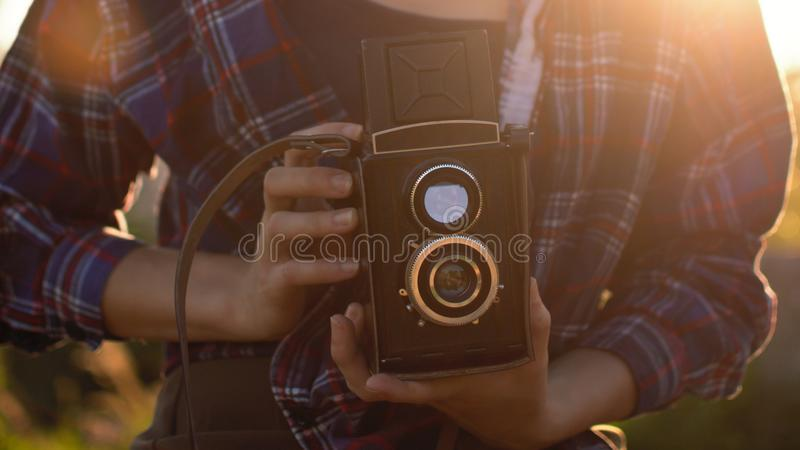 Retrato de um moderno bonito da menina com a câmera retro do filme do vintage imagem de stock