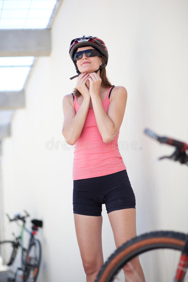 Retrato de um motociclista fêmea fotografia de stock