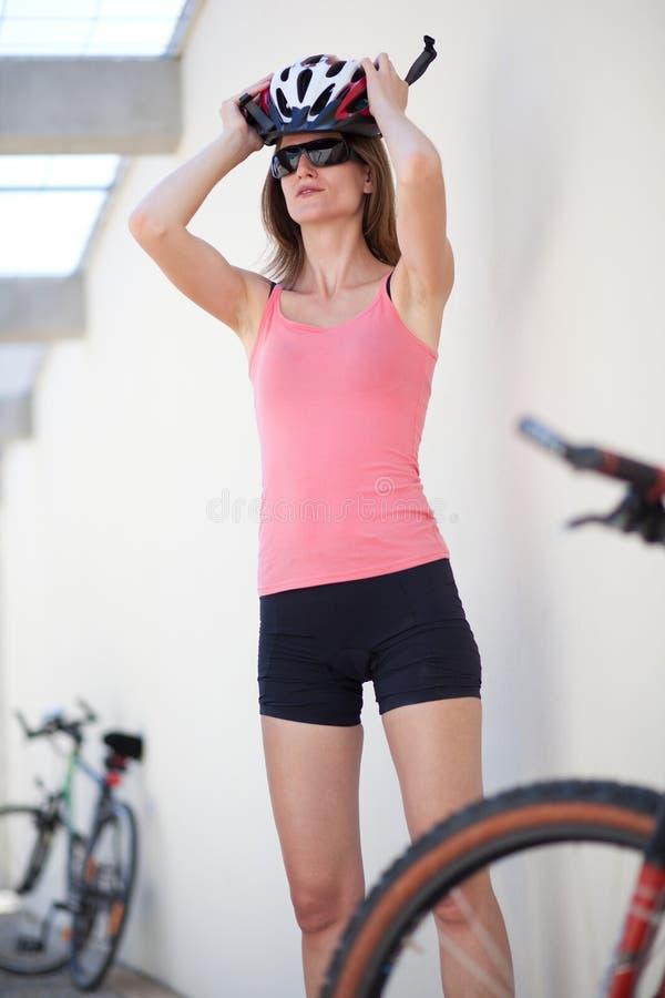 Retrato de um motociclista fêmea foto de stock royalty free