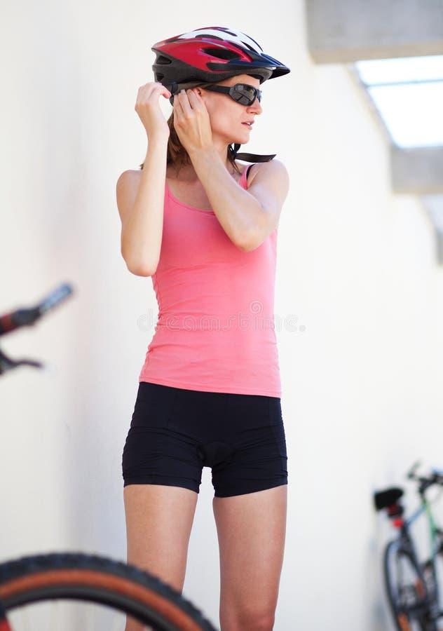 Retrato de um motociclista fêmea fotos de stock royalty free