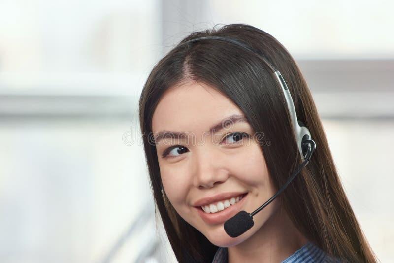 Retrato de um operador fêmea asiático novo do serviço ao cliente fotos de stock
