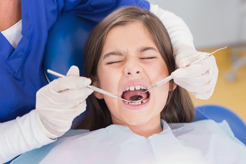 Retrato de um paciente novo assustado no exame dental fotos de stock