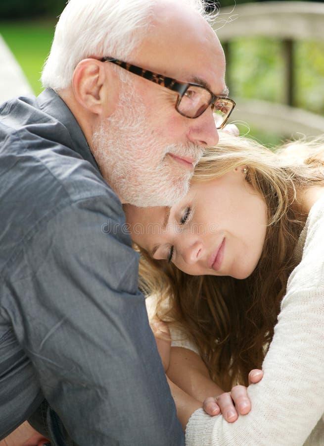 Retrato de um pai loving e de uma filha bonita junto fotografia de stock
