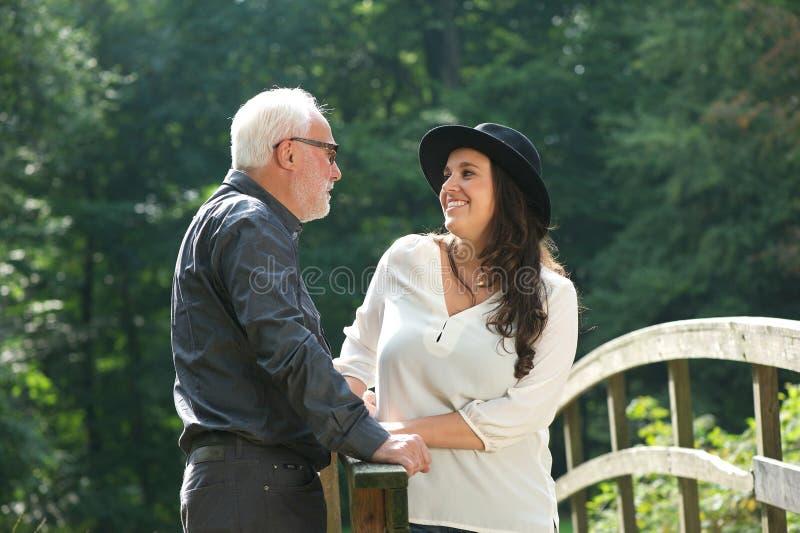 Retrato de um pai que sorri com filha fora imagens de stock