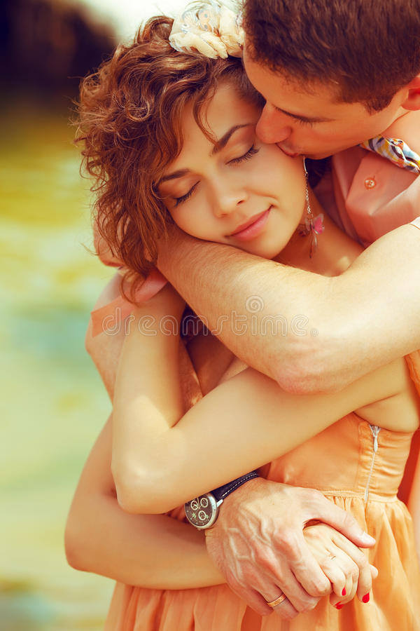 Retrato de um par de beijo bonito foto de stock royalty free