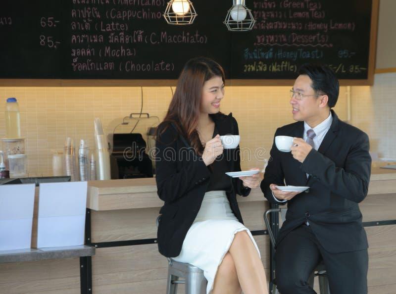 Retrato de um par de sorriso do negócio com café fotos de stock