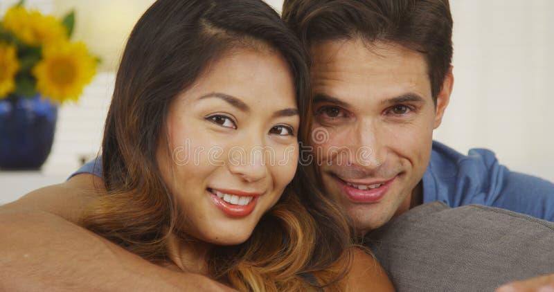 Retrato de um par feliz da raça misturada imagens de stock
