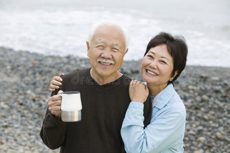 Retrato de um par feliz loving na praia imagens de stock royalty free