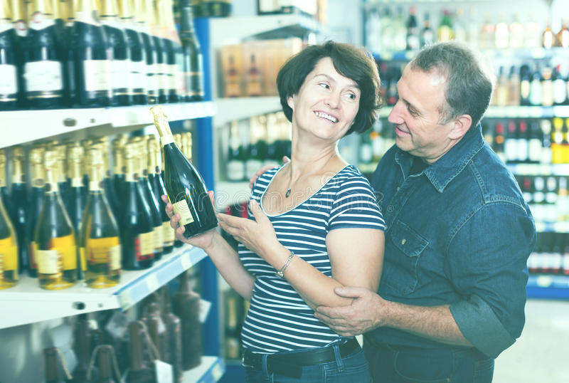 Retrato de um par idoso que compra um vinho foto de stock royalty free