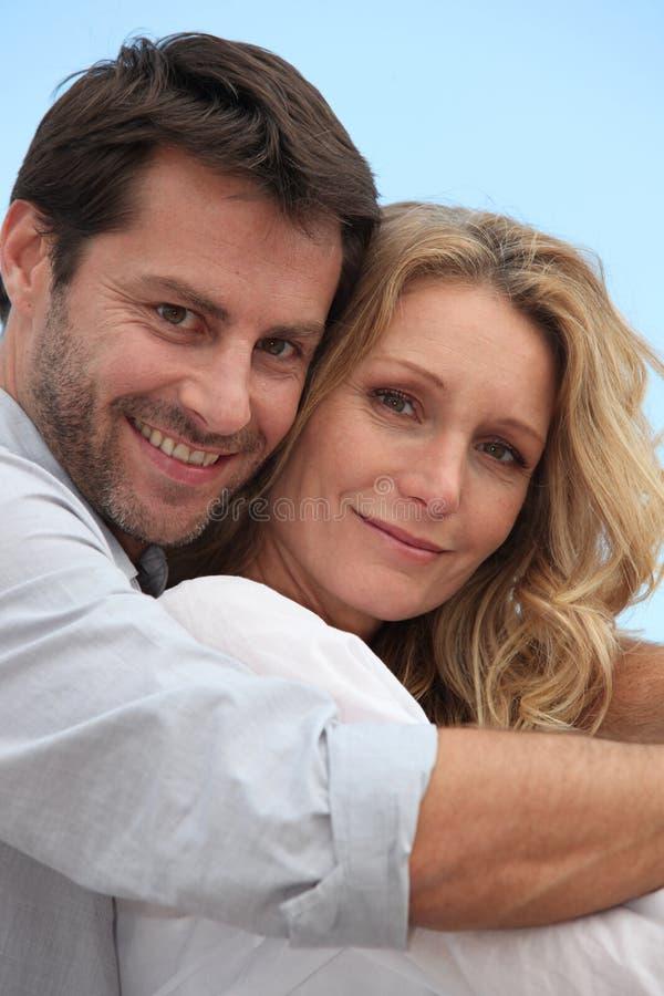 Retrato de um par loving fotografia de stock