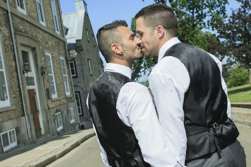 Retrato de um par masculino alegre loving no seu fotografia de stock